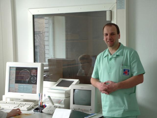 Врач, проводящий диагностическую процедуру, подготовит человека и расскажет об определенных особенностях энцефалограммы